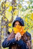 Muchacha deprimida que camina en parque Fotos de archivo libres de regalías