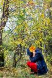 Muchacha deprimida que camina en parque Foto de archivo libre de regalías