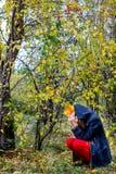 Muchacha deprimida que camina en parque Fotografía de archivo libre de regalías