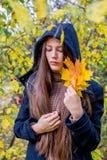 Muchacha deprimida que camina en parque Imagenes de archivo