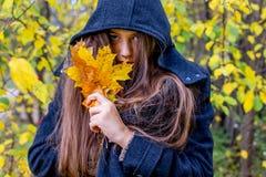 Muchacha deprimida que camina en parque Fotografía de archivo