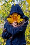 Muchacha deprimida que camina en parque Imagen de archivo libre de regalías
