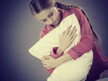 Muchacha deprimida triste en almohada conmovedora de la cama Fotografía de archivo