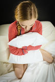 Muchacha deprimida triste en almohada conmovedora de la cama Imagenes de archivo
