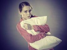 Muchacha deprimida triste en almohada conmovedora de la cama Imágenes de archivo libres de regalías
