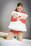 Muchacha deprimida triste en almohada conmovedora de la cama Fotografía de archivo libre de regalías