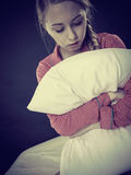 Muchacha deprimida triste en almohada conmovedora de la cama Fotos de archivo