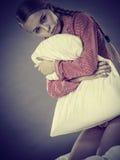 Muchacha deprimida triste en almohada conmovedora de la cama Imagen de archivo libre de regalías