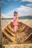 Muchacha derecha en barco en Bolivia Fotos de archivo
