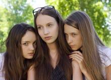 Muchacha desanimada del estudiante tres al aire libre Imagen de archivo