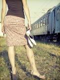 Muchacha descalza en los ferrocarriles Imagen de archivo libre de regalías