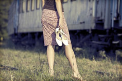 Muchacha descalza en los ferrocarriles Fotografía de archivo libre de regalías