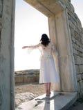 Muchacha descalza que mira ruinas rectas Fotos de archivo