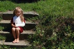Muchacha descalza que se sienta en las escaleras Imagen de archivo libre de regalías