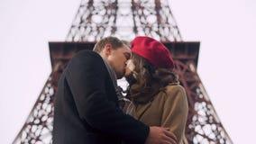 Muchacha descuidada que besa a su hombre por última vez y que se va, datación romántica del centro turístico almacen de video
