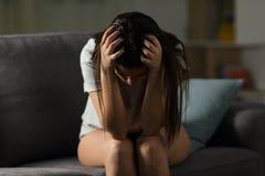 Muchacha desesperada que se queja en casa en la noche Foto de archivo libre de regalías
