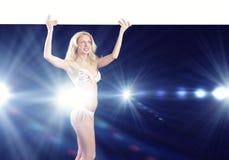 Muchacha desnuda con la bandera Imagen de archivo libre de regalías