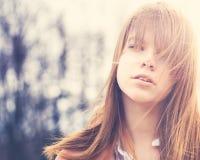 Muchacha despreocupada con Windy Hair Outdoors fotografía de archivo
