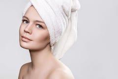 Muchacha después de una ducha con una toalla en su cabeza Fotografía de archivo libre de regalías