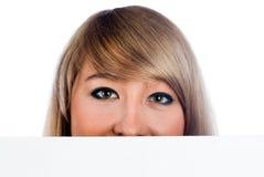 Muchacha detrás de la tarjeta blanca Fotos de archivo libres de regalías