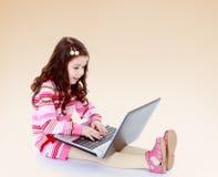Muchacha detrás de un ordenador portátil Imágenes de archivo libres de regalías