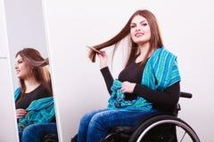 Muchacha discapacitada que mira el espejo Imagen de archivo