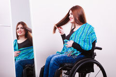 Muchacha discapacitada que mira el espejo Fotografía de archivo libre de regalías