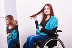 Muchacha discapacitada que mira el espejo Foto de archivo libre de regalías