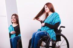 Muchacha discapacitada que mira el espejo Fotografía de archivo