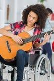 Muchacha discapacitada que toca la guitarra Fotos de archivo libres de regalías