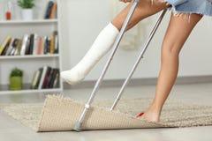 Muchacha discapacitada que tropieza en casa Fotografía de archivo libre de regalías
