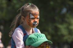 muchacha disfrazada como cachorro de tigre Fotografía de archivo