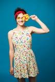 Muchacha divertida atractiva joven de la moda del retrato colorido que presenta en azul Imagen de archivo