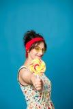 Muchacha divertida atractiva joven de la moda del retrato colorido que presenta en azul Imágenes de archivo libres de regalías