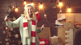Muchacha divertida con brillante festivo Luces de Bengala Feliz Navidad y Feliz Año Nuevo Emociones del regalo Música de danza de almacen de metraje de vídeo