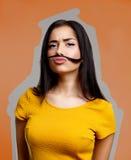Muchacha divertida con el bigote Adolescente tonto Foto de archivo
