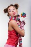Muchacha divertida con el caramelo multicolor Foto de archivo