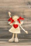Muchacha divertida con el corazón rojo Saludos de los días de fiesta Fotos de archivo libres de regalías
