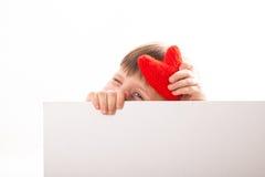 Muchacha divertida con el corazón rojo, un lugar para una inscripción, Imagen de archivo libre de regalías
