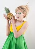 Muchacha divertida con la piña Imagen de archivo libre de regalías