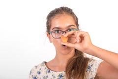 Muchacha divertida con la zanahoria Foto de archivo