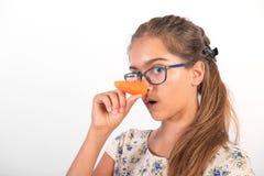 Muchacha divertida con la zanahoria Fotos de archivo