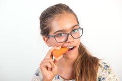 Muchacha divertida con la zanahoria Imagen de archivo libre de regalías