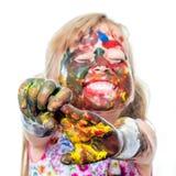 Muchacha divertida con las manos y la cara pintadas Fotografía de archivo