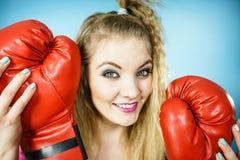 Muchacha divertida con los guantes rojos que juegan el encajonamiento de los deportes Foto de archivo libre de regalías