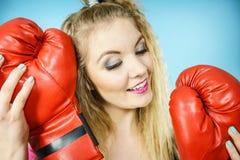 Muchacha divertida con los guantes rojos que juegan el encajonamiento de los deportes Fotografía de archivo