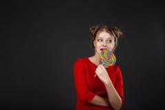 Muchacha divertida con un lollipop Fotografía de archivo