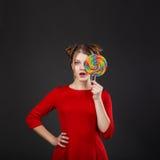 Muchacha divertida con un lollipop Foto de archivo