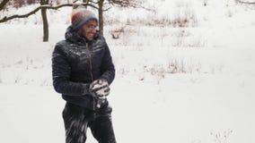 Muchacha divertida de Guy Throws Snowballs At A del indio cuidadosamente almacen de metraje de vídeo