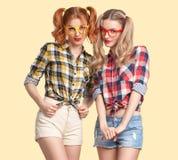 Muchacha divertida de la moda loca divirtiéndose Empollón sonriente imagen de archivo